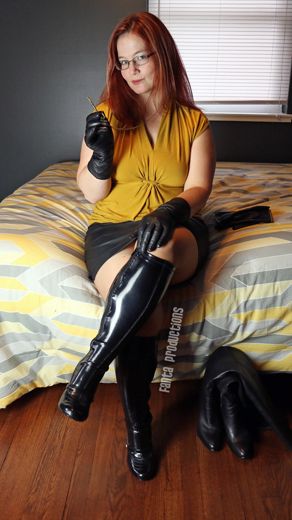 Big boobed MILF Tera Patrick displays her twat in leather gloves and boots  1582984