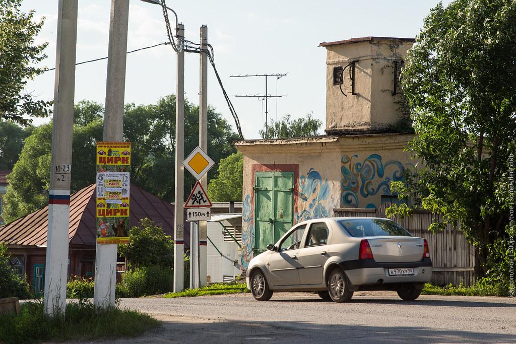 Граффити на электробудке в Юрьеве-Польском. И Renault Logan.