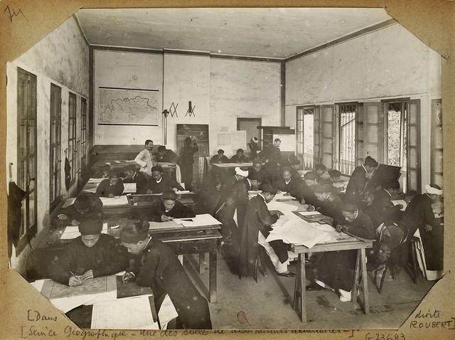 Hanoi (1896-1900) - Service Géographique – Sở Địa Dư Đông Dương tại Hanoi- Một trong các phòng vẽ của họa viên người An Nam