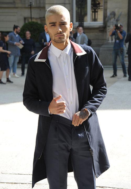 ゼイン・マリク ヴァレンティノステンカラーコート×白シャツ×スラックス