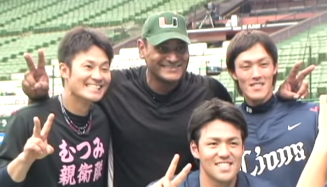デストラーデ氏に興奮する鬼崎選手、木村選手、斉藤選手
