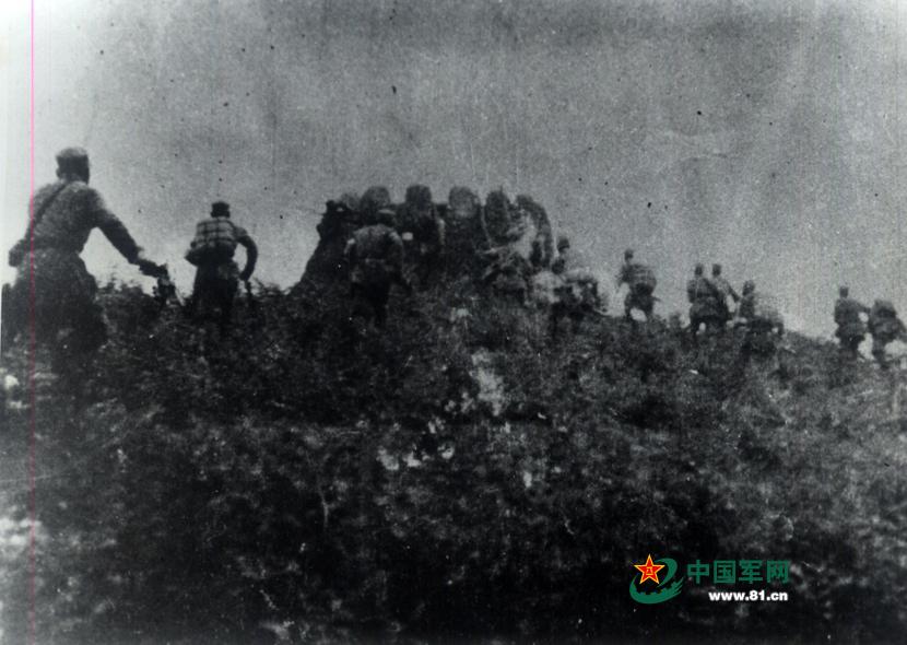 """1943年,山東軍區部隊積極進行反""""蠶食""""鬥爭拔除敵人的據點。"""