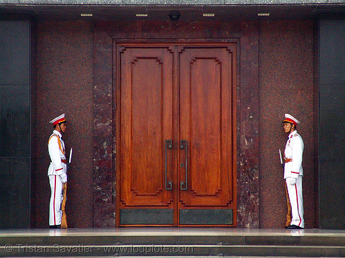 8570 - vietnam - Ho Chi Minh Mausoleum - Honor guard