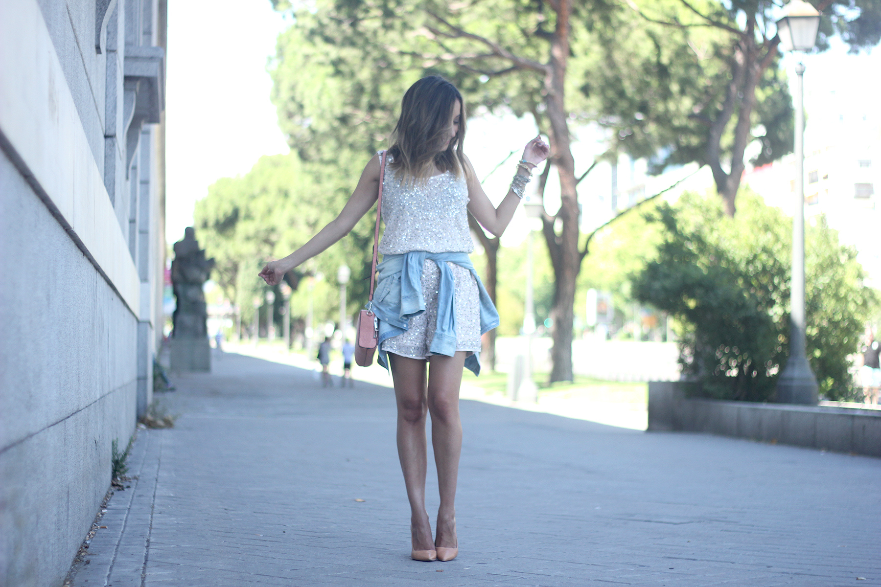 shorts and top with sequins summer outfits23