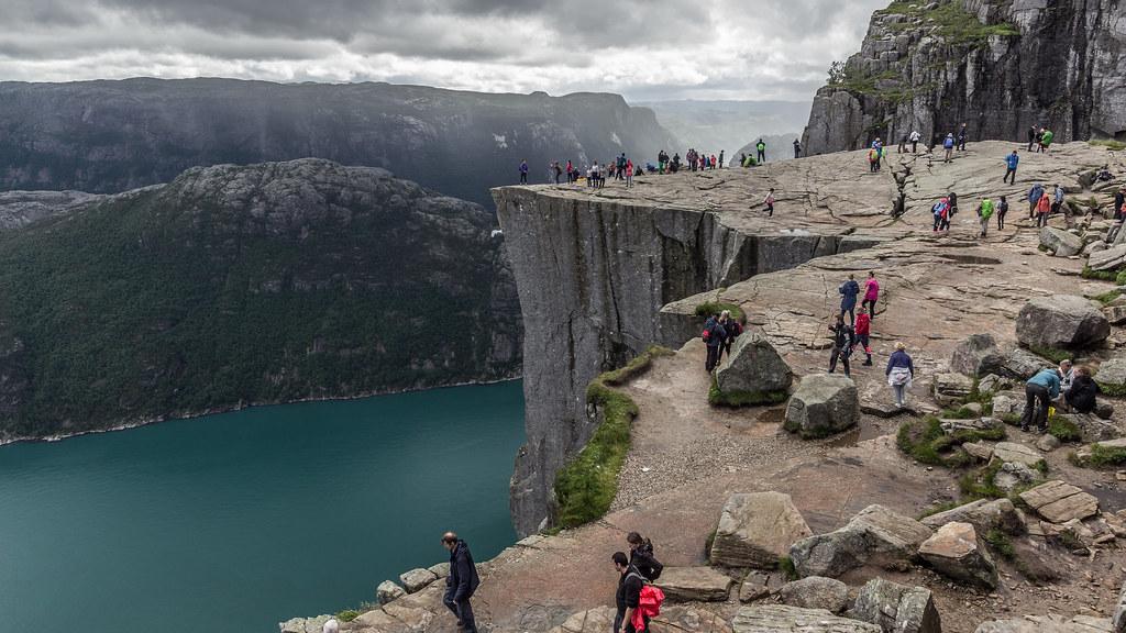 La ruta al Preikestolen o Púlpito, con vistas impresionantes sobre el Lysefjorden, es uno de los trekkings más famosos de Noruega