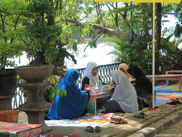 Wisatawan Menikmati Hidangan di Tepi Situ Babakan