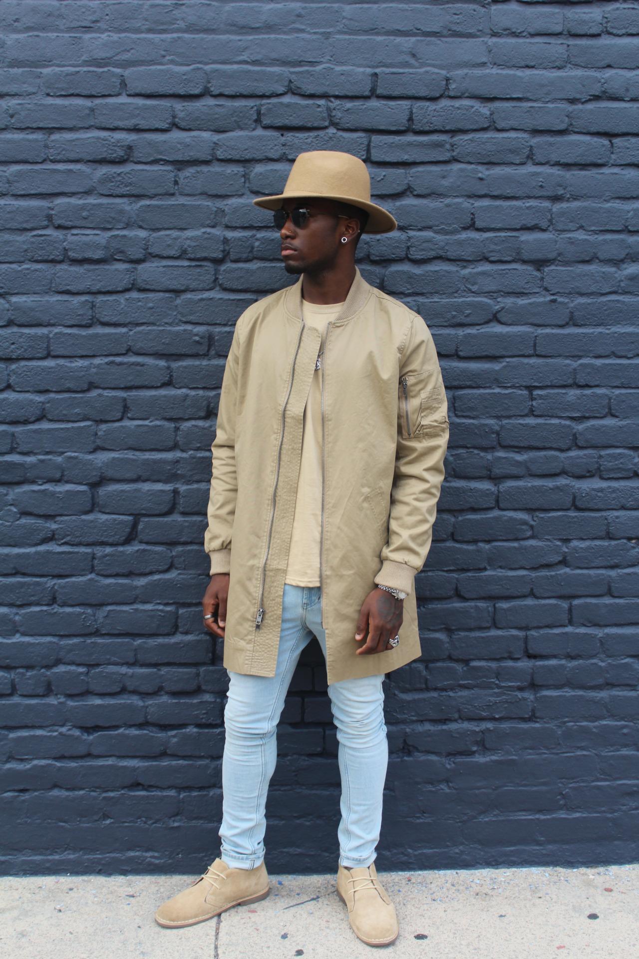 ベージュハット×ベージュMA-1コート×ベージュTシャツ×ジーンズ×ベージュスエードチャッカブーツ