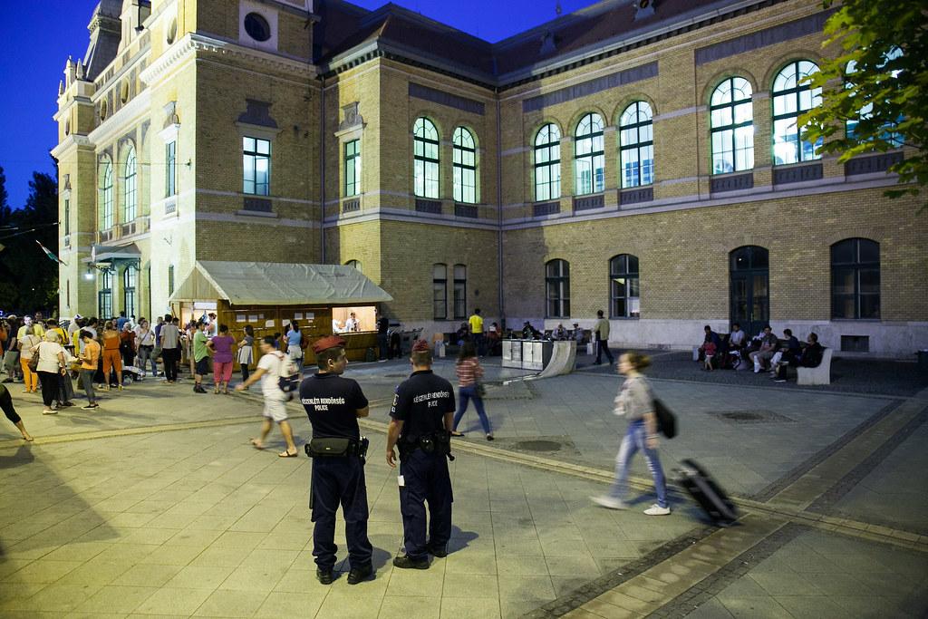 Migránsok a szegedi vasútállomáson
