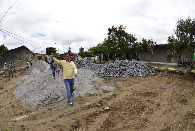 Prefeito vistoria obras de praça, parque e  pavimentação no Catolé 11/08/2015