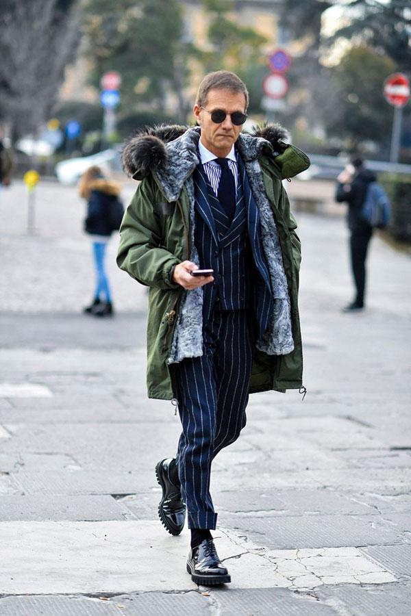 カーキモッズコート×ネイビーストライプ3ピーススーツ×クレリックシャツ×紺ソリッドタイ×黒オックスフォードシューズ