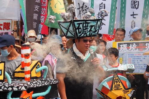 鳳興里里長洪富賢裝扮成污染產業中鋼。攝影:李育琴。