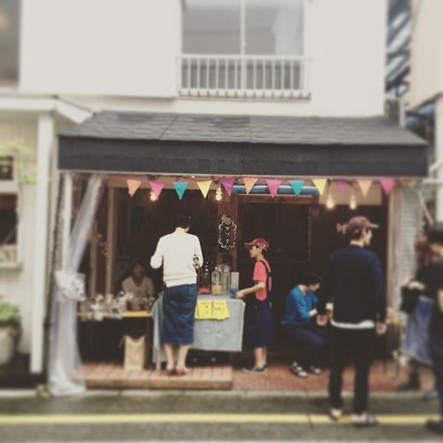 小雨が降ったり止んだりですが、松陰神社商店街の蚤の市でレモネードを売っております
