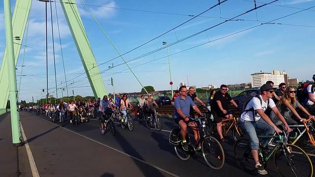 Radfahrer auf der Severinsbrücke