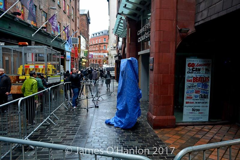 Statue still under wraps 90min before unveiling