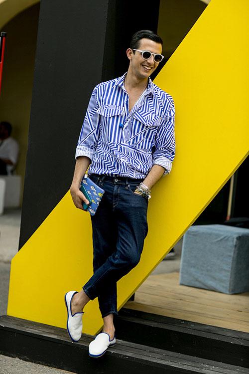 パターン違いの青白ストライプシャツ×デニムパンツ×白スリッポン