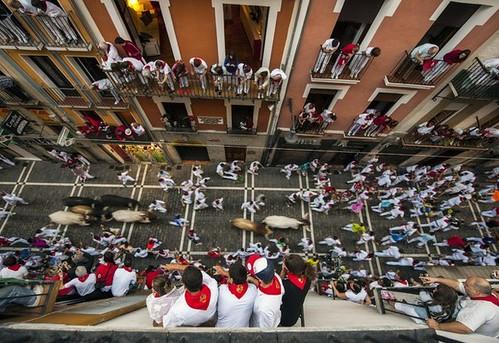 Dos cornados en un veloz séptimo encierro en Pamplona