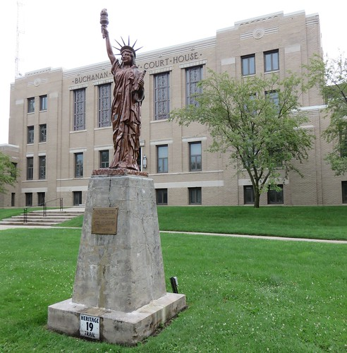 statues iowa ia independence courthouses boyscoutsofamerica countycourthouses buchanancounty statuesofliberty dougherrichwoodburn strengthenthearmofliberty uscciabuchanan