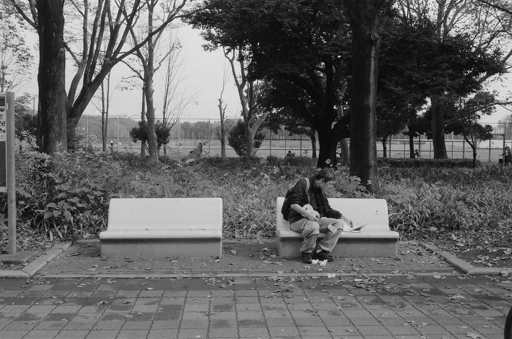 光が丘 Tokyo, Japan / Ultrafine Extreme / Nikon FM2 那時候裝了一捲黑白的在光が丘公園拍,一路上走看到兩旁的座位都坐著各式忙碌的人。  有的人在練習彈烏克麗麗。  Nikon FM2 Nikon AI AF Nikkor 35mm F/2D Ultrafine Extreme 400 9084-0008 2016/11/20 Photo by Toomore