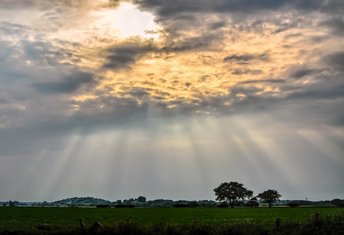 uk sky weather clouds nikon day skies cloudy gb rays sunbeam atmospheric cloudscapes crepuscularrays atmosphericoptic cloudspotting d7100 nikonafsdxzoomnikkor1855mmf3556gedii cloudsstormssunsetssunrises latierraunparaiso dividinglight