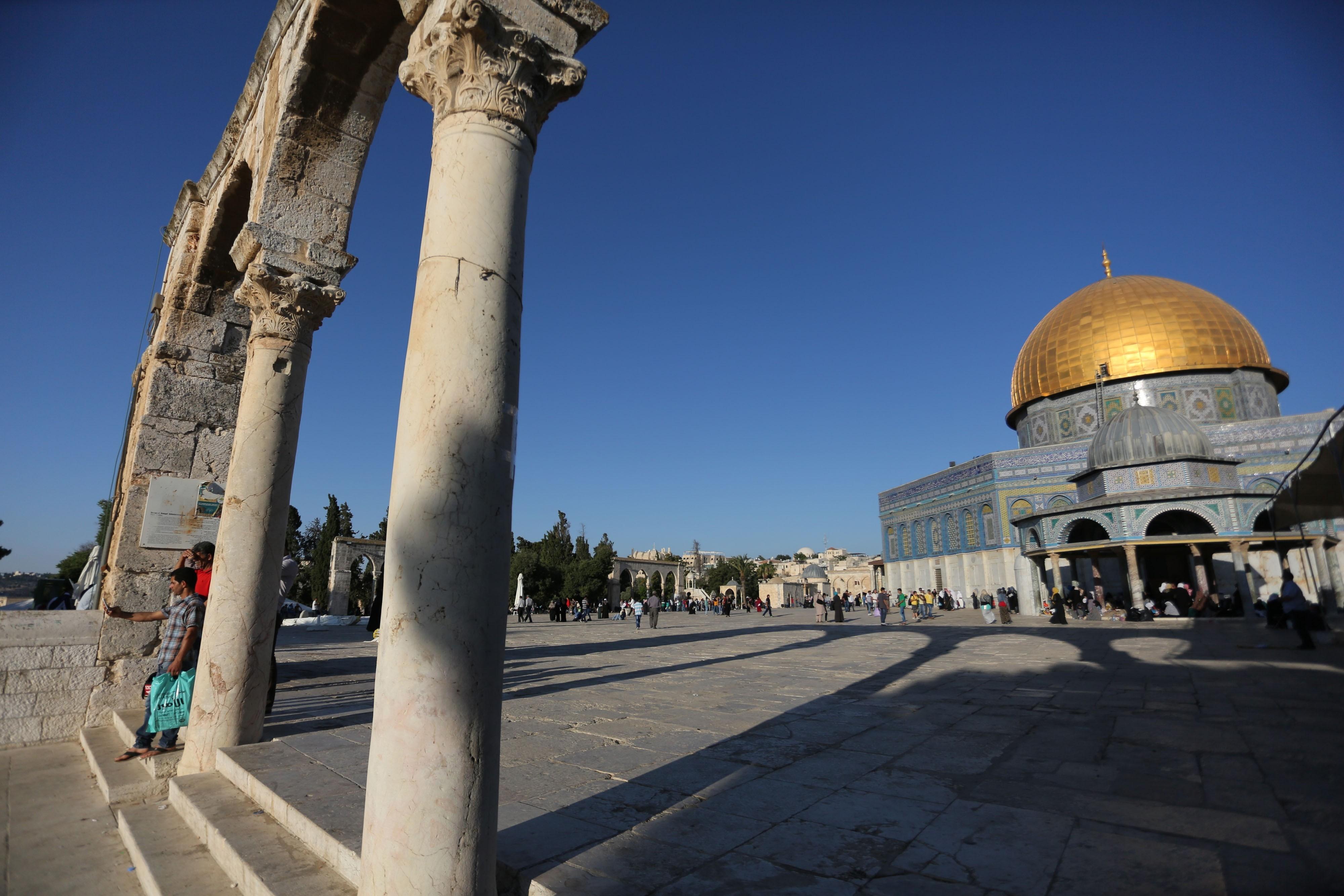 آلاف الفلسطينيين يتوجون إلى الأقصى لصلاة الجمعة الأخيرة في رمضان