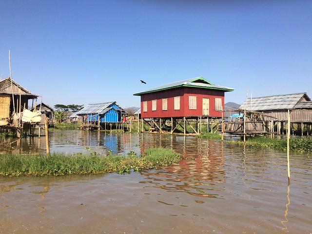 Village flottant sur le lac Inle en Birmanie