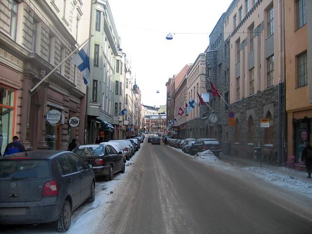 Una calle de Helsinki en día de izar la bandera