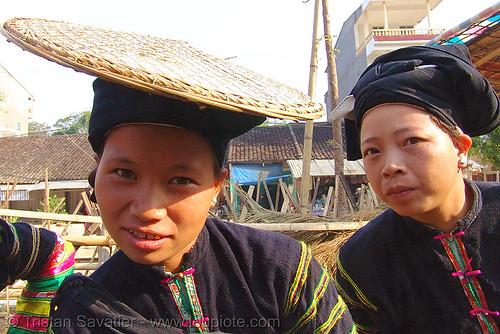 "7083 - vietnam - ""Lo Lo Den"" Tribe women with traditional flat straw hat"