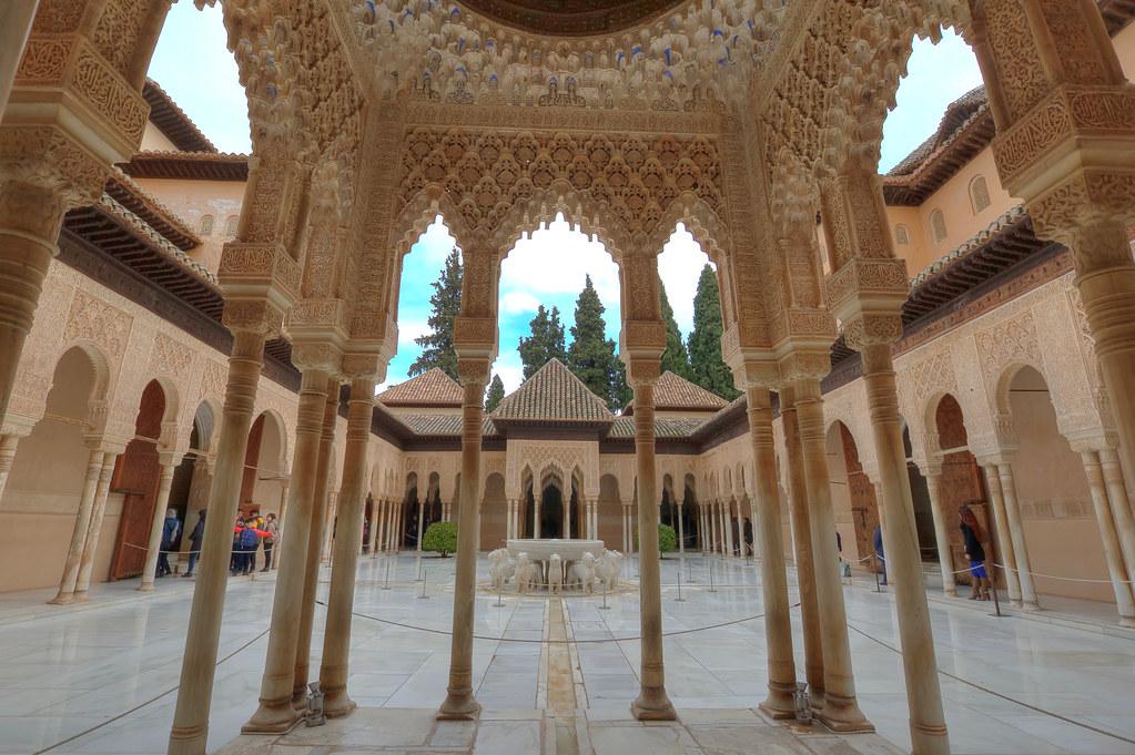 Patio De Los Leones La Alhambra Granada Se Comenzo Su Co Flickr