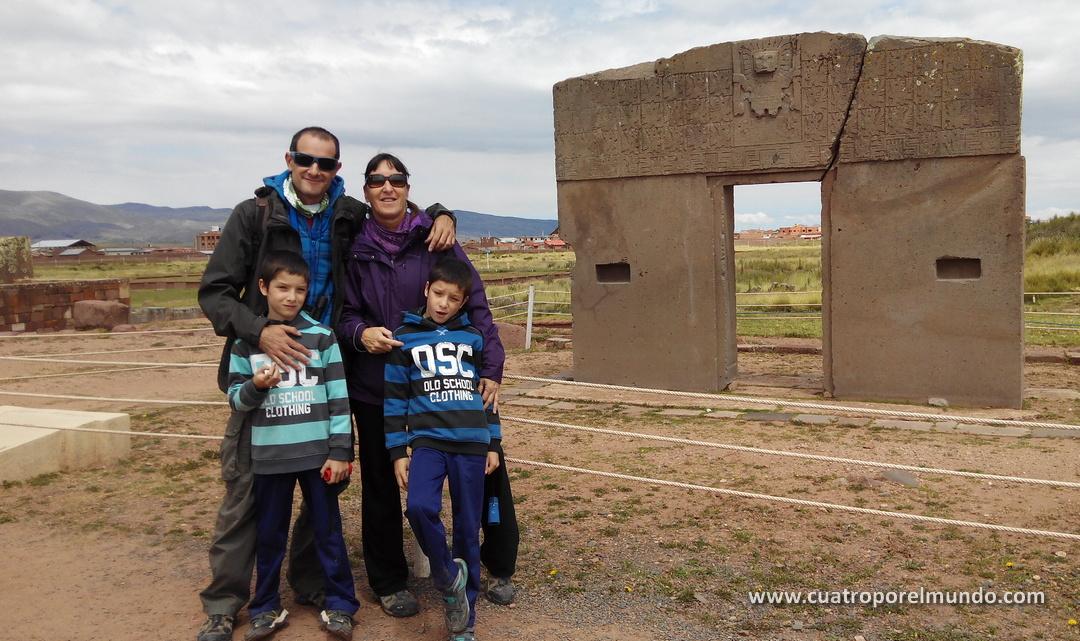 Junto a la puerta del sol en Tiwanaku. Piedras milenarias con muchos misterios aun por desvelar