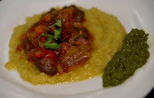 Tagine de Lombo de Cordeiro (Steak) ao vinho tannat. Com pure de batata-doce e creme de espinafre.