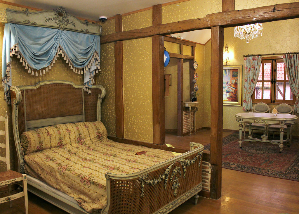 petite-france-bedroom