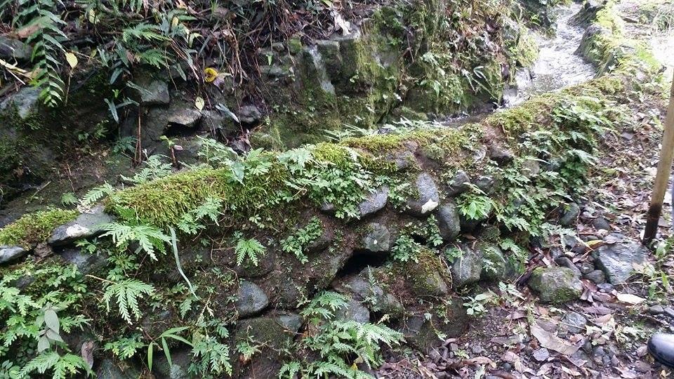 大石堆砌的水圳