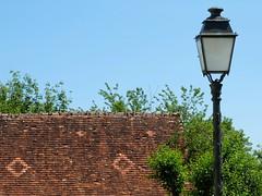 Toit de tuiles et lampadaire - Photo of Langé