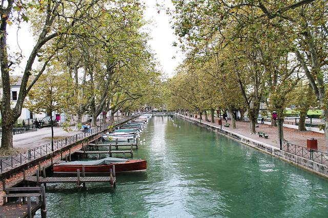 river and boats in annecy