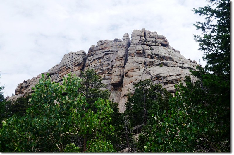Rock formation along the trail 6
