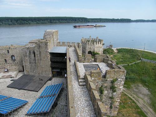 szerbia serbia smederevo szendrő vár castle vízpart water folyó river várrom ruin épület building műemlék sightseeing duna