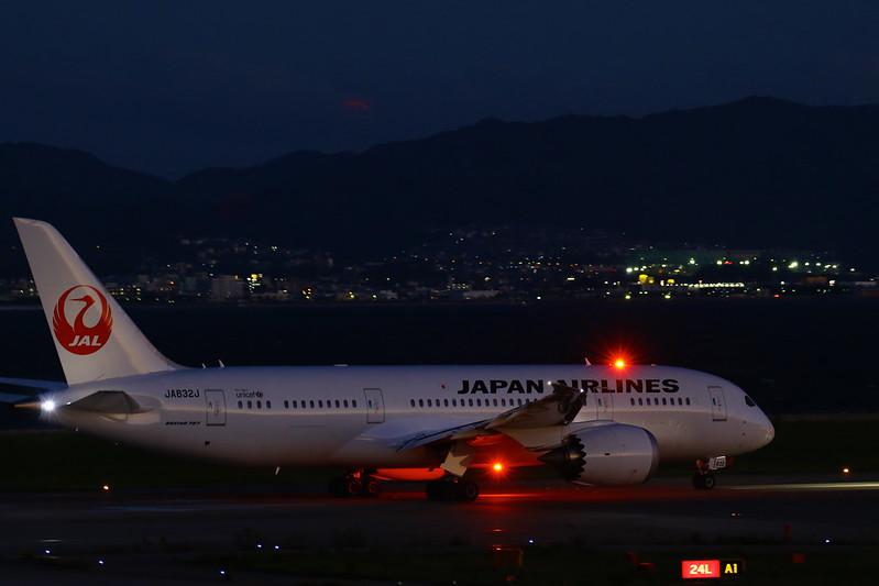JAPAN AIRLINES Boeing 787 JA832J  anti-collision light