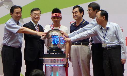 青年代表畢侯威藍拉瓦(中)與台北市副市長鄧家基(右二)共同揭開台北場序幕。攝影:陳文姿。