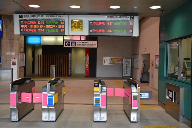 成田湯川駅:改札口