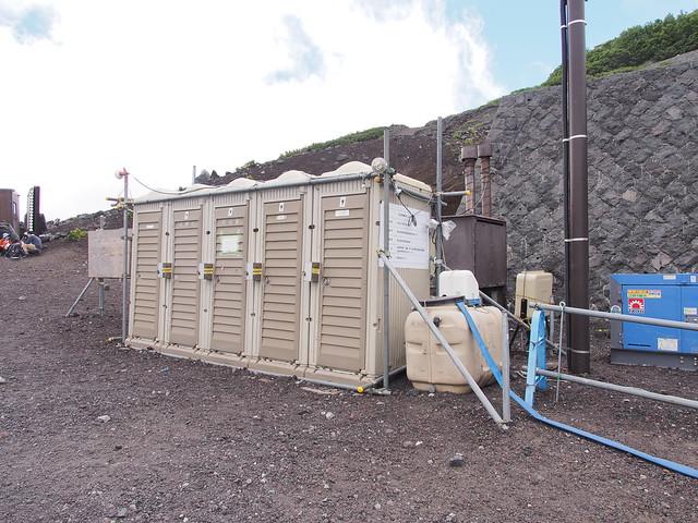 六合目安檢區的流動廁所