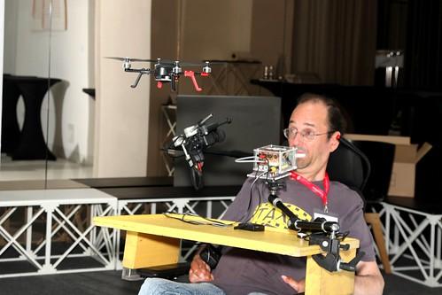 Georg Nussbaum bedient mit dem Joystick einen Hubschrauber