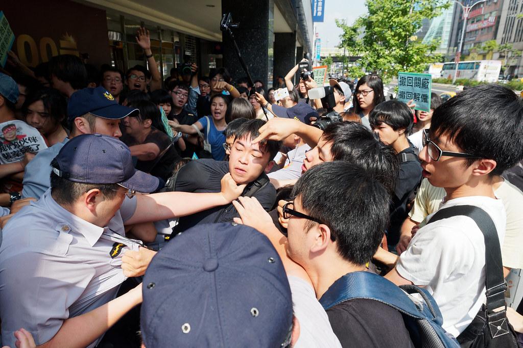 昨日上午在永豐金證券前發生了好幾波衝突,但警方卻一直沒有下手驅離。(攝影:林佳禾)