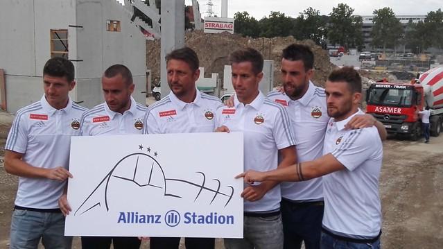 Stephan Auer, Steffen Hofmann, Zoran Barisic, Stefan Nutz, Tomi und Philipp Huspek mit dem Logo des Allianz Stadions