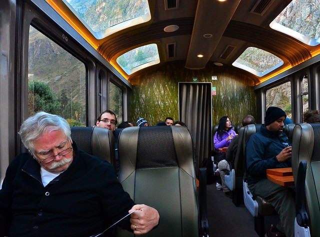 Señor de bigote blanco leyendo en el interior del tren de Cuzco a Aguas Calientes
