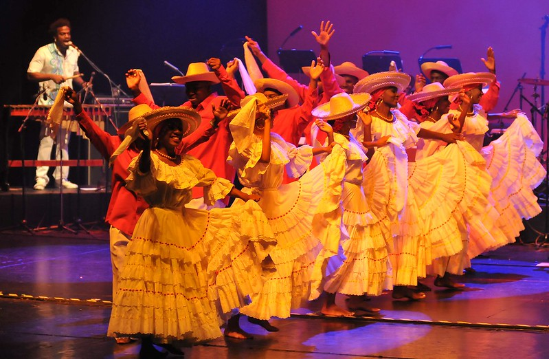 Mar de pañuelos en el lanzamiento nacional de los festivales caleños
