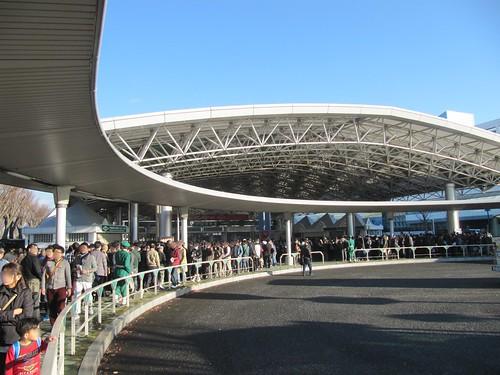 中山競馬場の中央門付近での指定席整理券配布