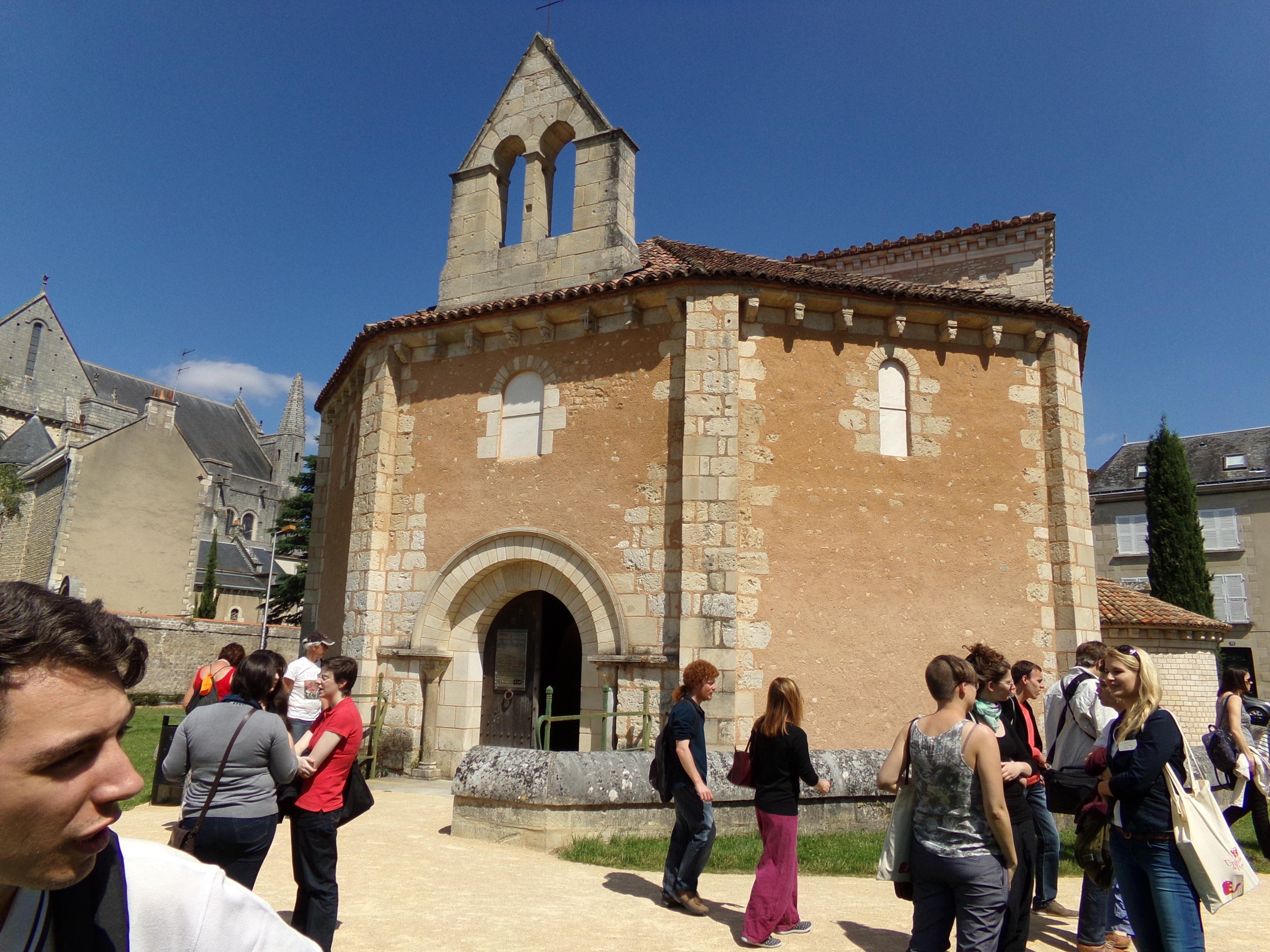 Devant la baptistère Saint-Jean à Poitiers.