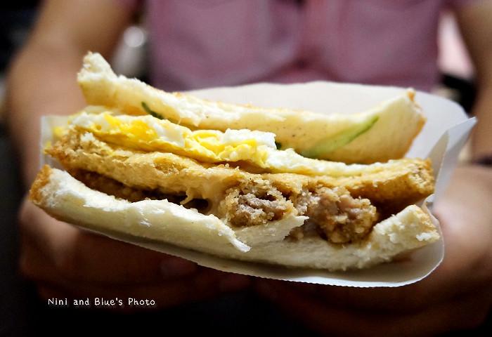 17974804183 7e19819d95 b - 謝氏早點,台中人的老味道,麵糊蛋餅與肉排三明治,台中火車站附近