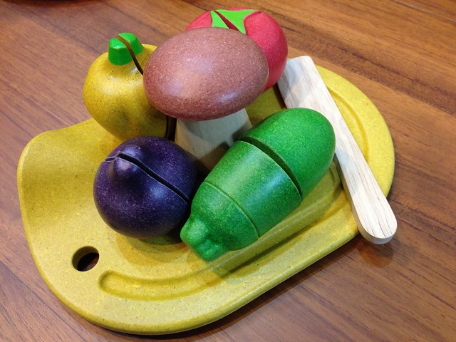 一組裡有五種蔬果加上菜刀和砧板@PLAN TOYS蔬果切切樂