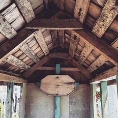 El interior de una casita de cementerio tradicional chilote, Notuco, Chonchi, Chiloé.